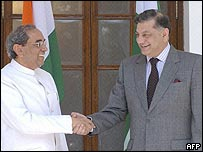 Pakistan Foreign Secretary Riaz Khokhar (R) and Indian counterpart Shashank