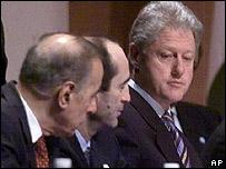 Президент США Билл Клинтон (справа), президент Армении Роберт Кочарян (в центре) и президент Азербайджана Гейдар Алиев (слева)