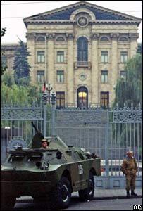 Солдаты перед зданием парламента Армении