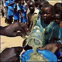 Food queue in a Zimbabwe school