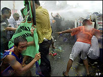 Poe supporters clash with riot police in Manila on Tuesday, 29/06/04