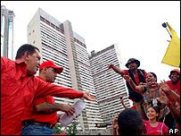 Hugo Ch�vez saluda a simpatizantes en manifestaci�n en su apoyo.
