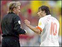 Ruud van Nistelrooy argues with referee Anders Frisk