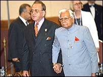 Pakistan Foreign Minister Khurshid Mahmud Kasuri (L) and Indian counterpart Natwar Singh