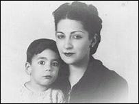 Mario Vargas Llosa y su madre, Dora Llosa Ureta. Foto: Cortes�a http://www.mvargasllosa.com