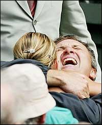 María Sharapova se abraza con su padre luego de triunfar en Wimbledon.