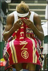 Serena Williams se seca las lágrimas después de perder ante Sharapova