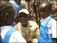 UN Secretary General Kofi Annan with Sudanese refugee girls at camp Iridimi in Chad near the Sudanese border