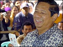 Indonesia's front-running presidential candidate Susilo Bambang Yudhoyono casts his ballot