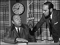 Pablo Neruda con el periodista Carlos Wilson de la BBC.