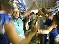 Los griegos celebran en las calles.