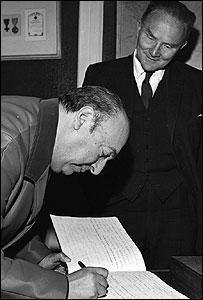 Pablo Neruda y Mr W.A. Tate, director del Servicio Latinoamericano de la BBC.