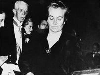 Gabriela Mistral recibe el Premio Nobel.