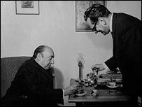 Pablo Neruda con Robert Pring-Mill en su casa de Oxfordshire. Foto: Colección de Robert Pring-Mill