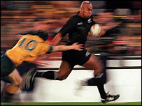 Jonah Lomu sprints clear to score the match-winning try in Sydney in 2000