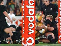 Toutai Kefu scores the match-winning try against New Zealand in 2001