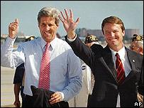 John Edwards (der.) con John Kerry.