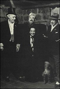 Manuel Solimano (izq.), A�da Figueroa, Pablo Neruda y Orlando Oyarz�n. Cumplea�os 50 de Neruda, Isla Negra, 1954. Archivo: A�da Figueroa.