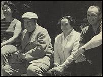 A�da Figueroa, Pablo Neruda, su hermana Laura Reyes y Sergio Insunza, Isla Negra, 1969, Archivo: A�da Figueroa.