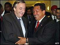 Argentina's Nestor Kirchner shakes hands with Venezuela's Hugo Chavez (right)