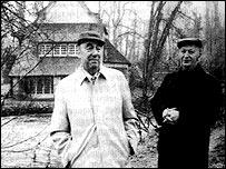 Pablo Neruda y Volodia Teitelboim en Normandía, Francia. (Foto tomada por Julio Cortázar)