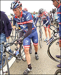 Lance Armstrong swaps his bicycle
