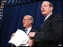 Republican Chairman Pat Roberts (left) and Democrat Vice Chairman Jay Rockefeller (right) present the report