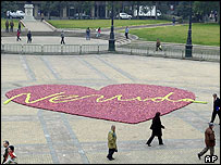 A four-ton, 16m wide heart of green and red apples in front of Chile's presidential palace to honour Pablo Neruda