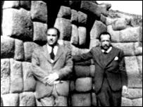 Pablo Neruda y el peruano Esteban Pavletich en Machu Picchu, Perú, 1943. Foto de la colección de Robert Pring-Mill.