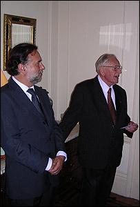 Mariano Fernández, embajador de Chile en Londres, y Robert Pring-Mill.