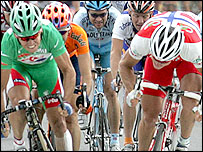 Robbie McEwen (left) edges out Thor Hushovd