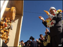 President Mesa applauds the delivery of a gas meter near La Paz