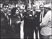 Mario Vargas Llosa, su esposa Patricia, Carlos Fuentes, Juan Carlos Onetti, Emir Rodr�guez Monegal y Neruda. Foto: Matilde Urrutia. Cortes�a Fundaci�n Pablo Neruda.