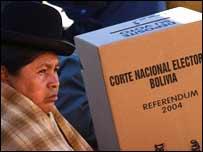 Mesa de votación en El Alto, durante la jornada del referendo