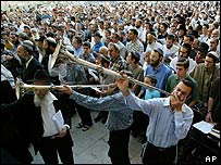 Jewish settlers blow trumpets at a anti-withdrawal rally at the Western Wall in Jerusalem