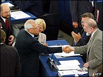 Josep Borrell shaking hands with Bronislaw Geremek