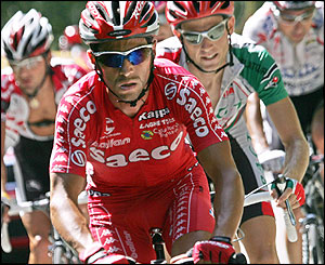 Gilberto Simoni is chased by Ludovic Martin