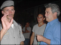 Fernando Ravsberg con un polic�a cubano (foto de Raquel P�rez)