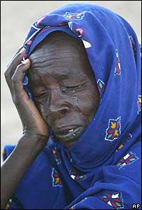 Una mujer llora tras huir de Darfur y llegar a un campamento en Chad