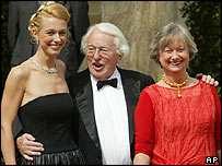 Wolfgang Wagner (c) with wife Gudrun (r) and daughter Katharina