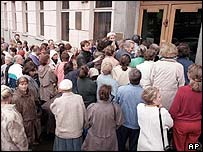 Clients queue up at the entrance of a downtown branch of the SBS-Agro, a leading Russian commercial bank, in hopes to take out their deposits in Moscow early Thursday, Aug. 27, 1998.
