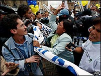Manifestantes a favor del proceso de paz con los paramilitares se enfrentan con activistas de derechos humanos que se oponen