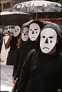 Muchos se manifestaron en contra de la invitación de los paramilitares al Congreso.