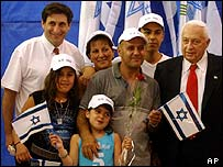 Jewish agency head Sarayi Meridor (l) and Ariel Sharon (r) with immigrants