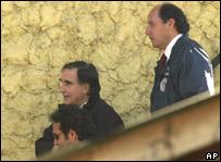 Augusto Pinochet Hiriart conducido por detectives luego de ser detenido.