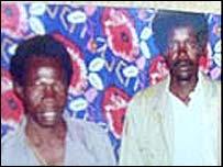Joseph Kony, derecha, y otro hombre.
