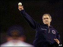 George W Bush lanza una pelota antes de un juego de los Yankees de Nueva York y los Diamondbacks de Arizona en octubre de 2001.