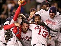 Los Red Sox celebran su victoria contra los Yankees.