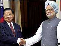Burmese head of state Than Shwe (left) and Indian PM Manmohan Singh
