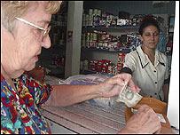 Señora comprando con dólares en Cuba.
